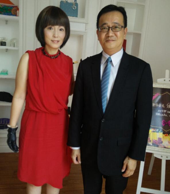 著名影星苑琼丹(石榴姐)与陈教授合影